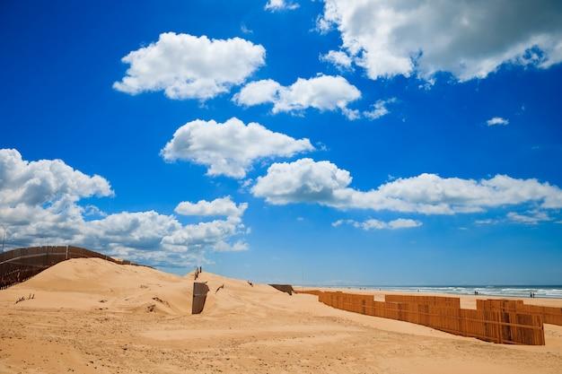 Krajobraz plaży cortadura w cadiz, hiszpania