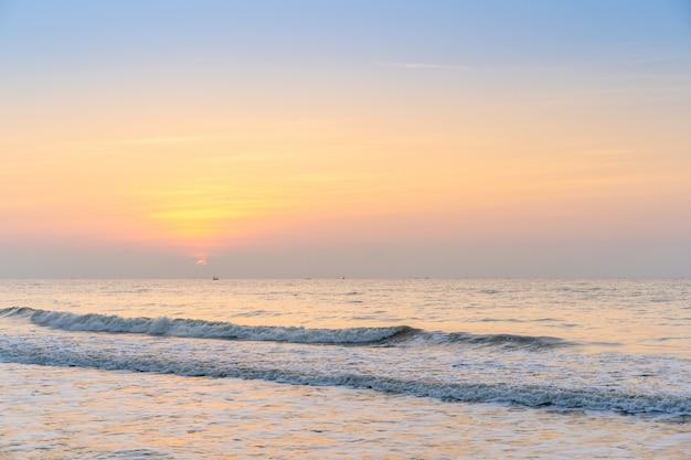 Krajobraz plaży podczas wschodu słońca.