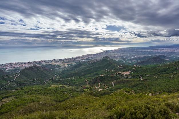 Krajobraz pochmurny. panorama wybrzeża prowincji castellon od benicssim w kierunku południowym