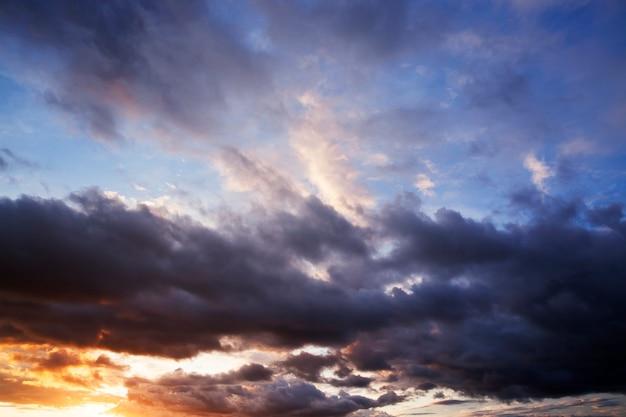 Krajobraz podczas zachodu słońca. błękitne niebo z chmurami i różnymi odcieniami i kolorami zachodzącego słońca. w nocy