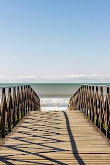Krajobraz. pokładowy most nad piaskiem na plaży?
