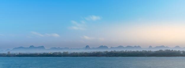 Krajobraz prowincji nakhon phanom w tajlandii i thakhek w laosie.