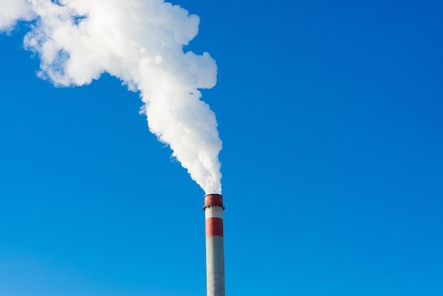 Krajobraz przemysłowy, dźwigi, rury z dymem. zanieczyszczenie powietrza przez kominy, koncepcja problemów ekologicznych