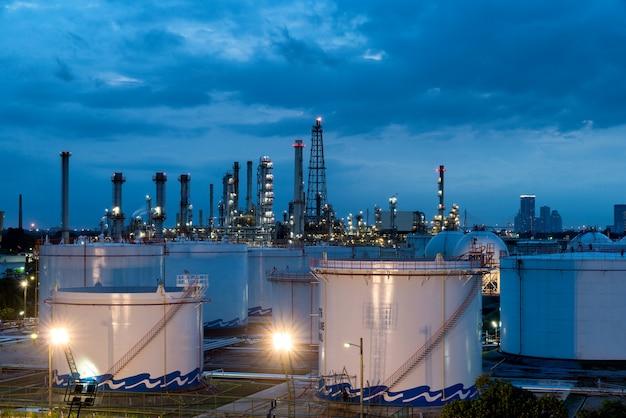 Krajobraz przemysłu rafinerii ropy naftowej ze zbiornikiem oleju w nocy.
