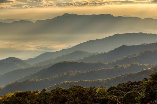 Krajobraz przy doi luang chiang dao, wysoka góra w chiang mai prowinci, tajlandia