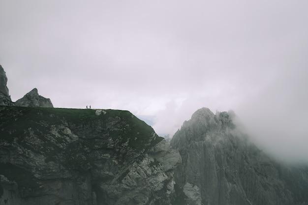 Krajobraz przyrody niesamowity widok na dolinę alp i góry w lecie