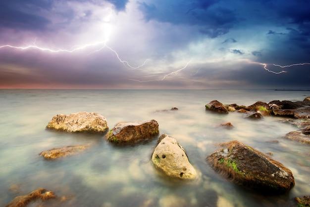 Krajobraz przyrody os burza na morzu.