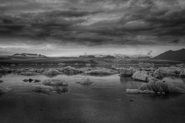 Krajobraz przyrody w czerni i bieli