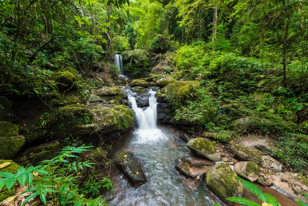 Krajobraz przyrody wodospadu sapan w miejscowości sapan, dystrykt boklua