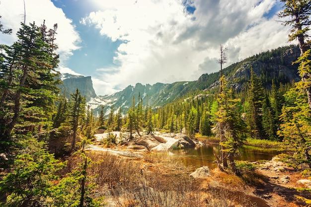 Krajobraz przyrody z jeziorem i skalistymi górami