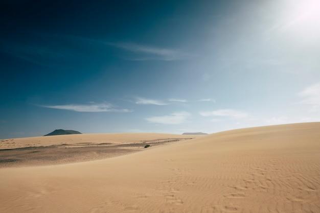 Krajobraz pustynnych wydm piaskowych ze sceną błękitnego nieba