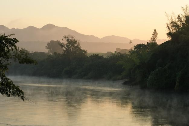 Krajobraz rzeczny kwai yai z ranek mgłą w kanchanaburi, tajlandia