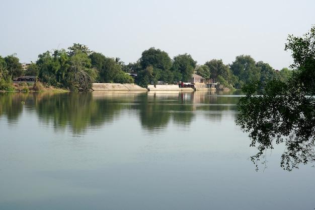 Krajobraz rzeki mae klong w ratchaburi tajlandia