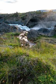 Krajobraz rzeki w pobliżu wodospadu godafoss w islandii