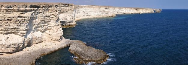Krajobraz skał morza czarnego na wybrzeżu z czystą błękitną wodą