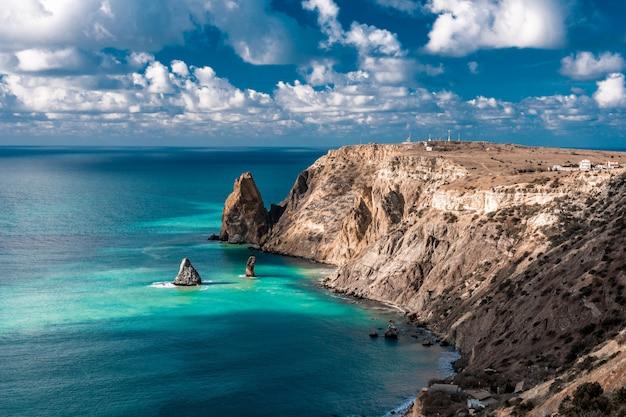 Krajobraz skalistej góry i błękitnej wody