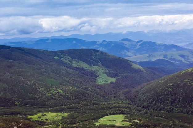 Krajobraz składający się z karpat z zieloną trawiastą doliną