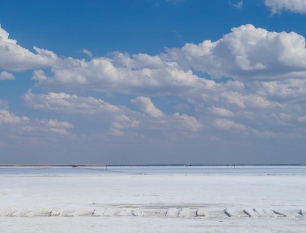 Krajobraz słonego jeziora we wsi baskunczak w regionie astrachań w rosji