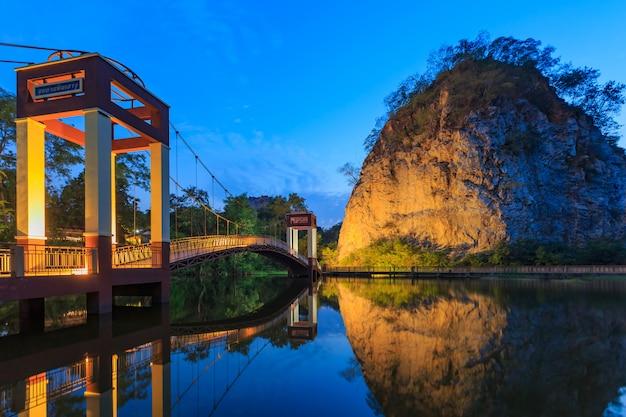 Krajobraz snake mountain w prowincji ratchaburi w tajlandii (w tajlandii nazywamy khao hin ngoo)
