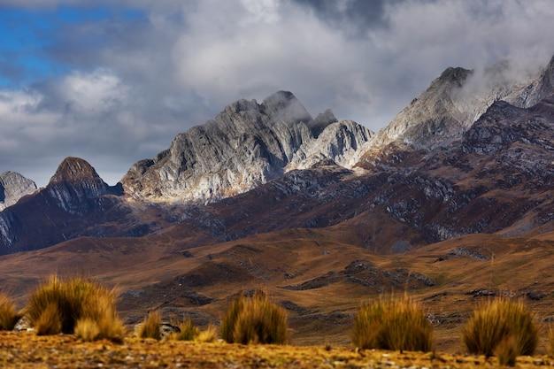 Krajobraz śniegu wysokiej góry w andach, w pobliżu huaraz, peru