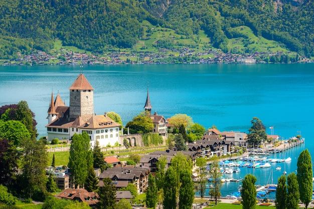 Krajobraz spiez kasztel na jeziornym thun w bern, szwajcaria.
