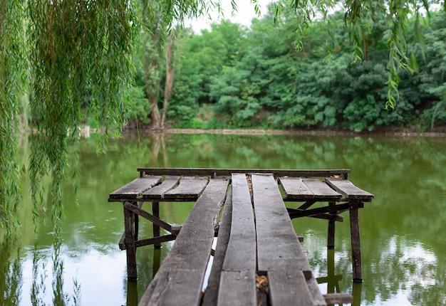 Krajobraz starego drewnianego molo nad jeziorem