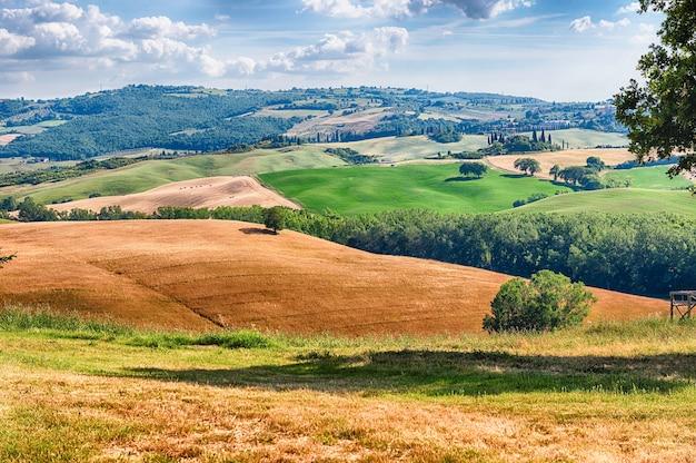 Krajobraz suchych pól na wsi w toskanii we włoszech. koncepcja rolnictwa i pól uprawnych