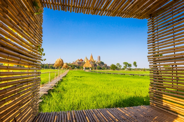 Krajobraz świątyni wat tham sua (świątynia tygrysia jaskinia) z jaśminowymi polami ryżowymi i ramą bambusa