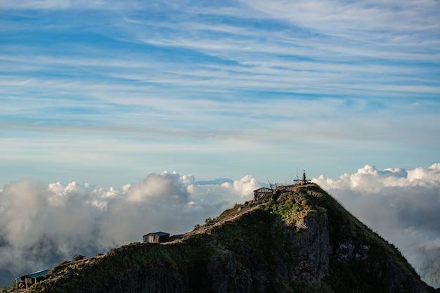 Krajobraz. świątynia w chmurach na szczycie wulkanu batur. bali, indonezja