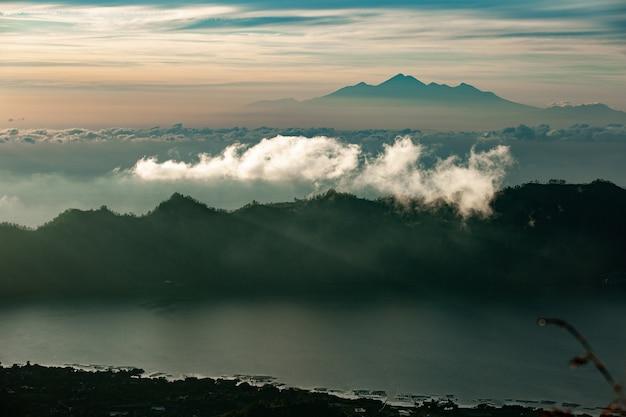 Krajobraz. świt z widokiem na wulkan. wulkan batur. bali, indonezja