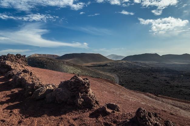 Krajobraz timanfaya park narodowy w lanzarote, wyspy kanaryjska, hiszpania.