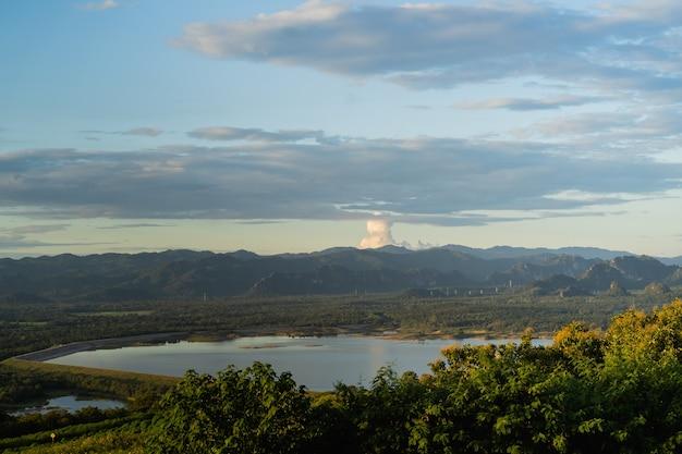 Krajobraz tło, górskie błękitne niebo i chmury natura tło