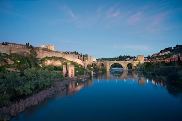 Krajobraz toledo, światowego dziedzictwa unesco. historyczny budynek w pobliżu madrytu, hiszpania.