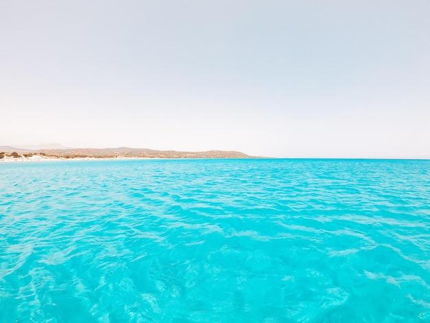 Krajobraz tropikalnej i niesamowitej plaży z błękitną turkusową wodą z białym piaskiem.