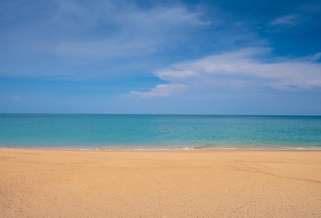 Krajobraz tropikalnej plaży i błękitne niebo piękna przyroda morza, tajlandii na wakacje.