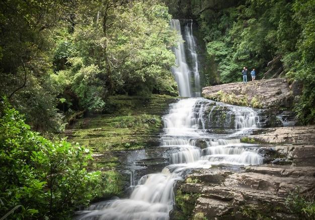 Krajobraz ujęcie dużego kaskadowego wodospadu w środku lasu catlins w nowej zelandii