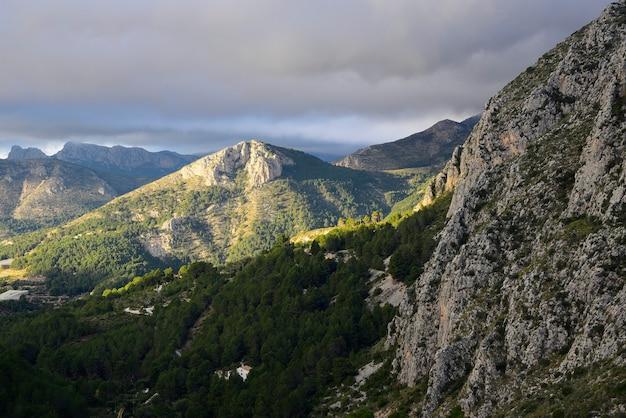 Krajobraz w górach z pochmurnym niebem