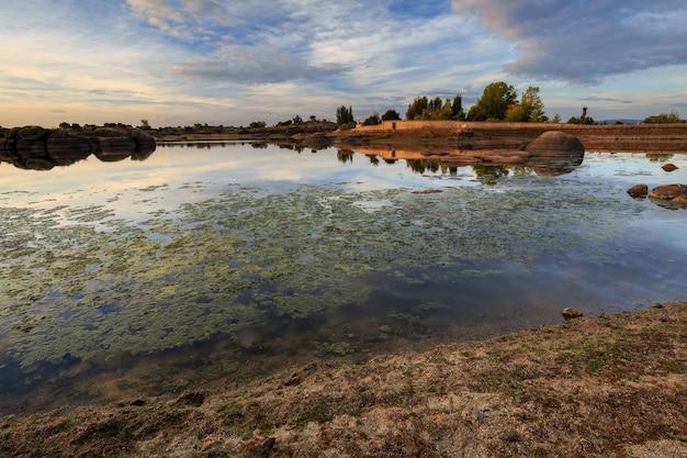 Krajobraz w naturalnym obszarze barruecos malpartida de caceres estremadura hiszpania