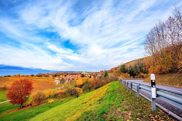 Krajobraz w pobliżu jeziora neuchatel w szwajcarii