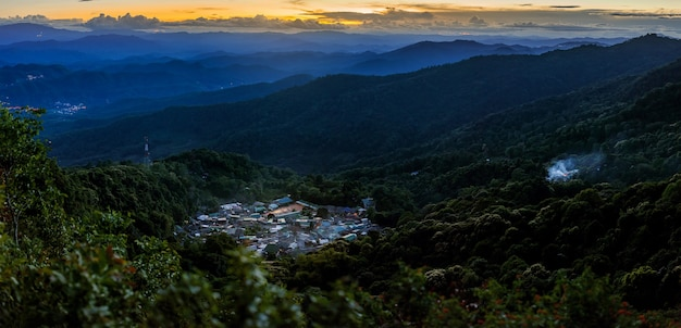 Krajobraz widok górskiej wioski na górach doi pui na niebie o zachodzie słońca chiangmai tajlandia
