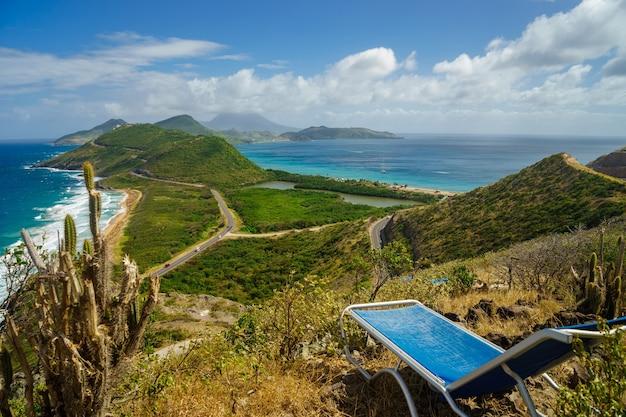 Krajobraz widok na morze karaibskie i ocean atlantycki z pierwszym planem leżak na górze wyspy st kitts ze szczytu timothy hill.