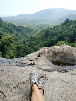 Krajobraz widok z wysokiego klifu do doliny dżungli. zrelaksuj się z niesamowitymi widokami po długiej wspinaczce.