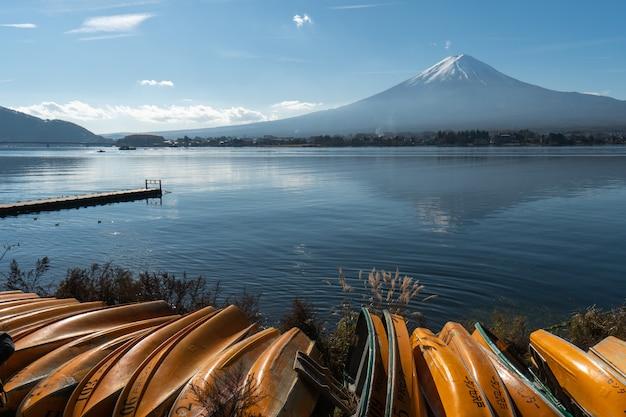 Krajobraz widoku na górę fudżi i jezioro kawaguchiko rano jest turysta