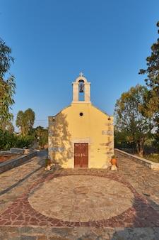 Krajobraz wiejskiej kaplicy