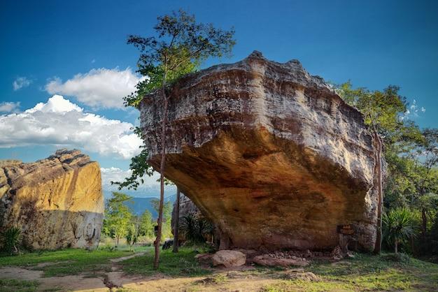 Krajobraz wielkiego kamienia, który ludzie uważają, że słonie zawsze pocierają skórę tym kamieniem w dawnych czasach