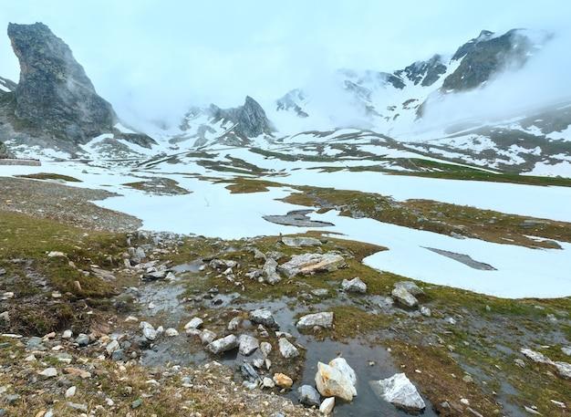 Krajobraz wielkiej przełęczy św. bernarda, pochmurny latem. znajduje się w szwajcarii w kantonie valais, bardzo blisko włoch.