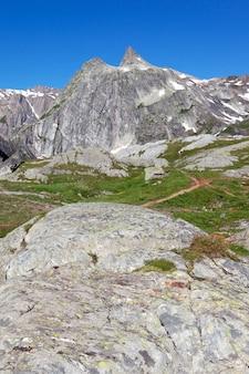 Krajobraz włoskich alpejskich gór latem