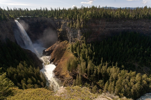 Krajobraz wodospadu helmcken otoczony zielenią w kanadzie
