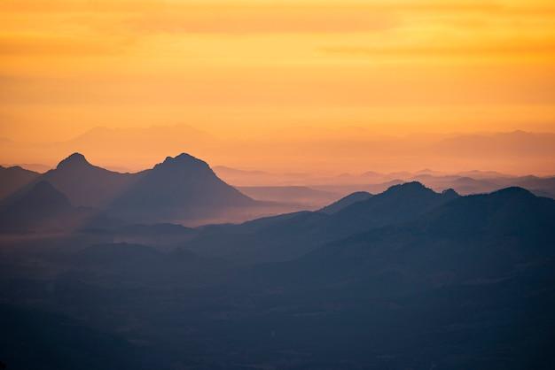 Krajobraz wschód lub zachód słońca na górze piękne niebo żółty pomarańczowy