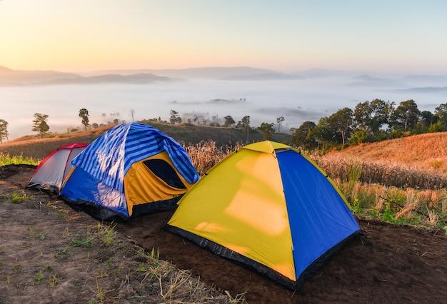 Krajobraz wschód słońca piękna podróż namiot kempingowy na górze, namiot turystyczny kemping z mgłą mgły
